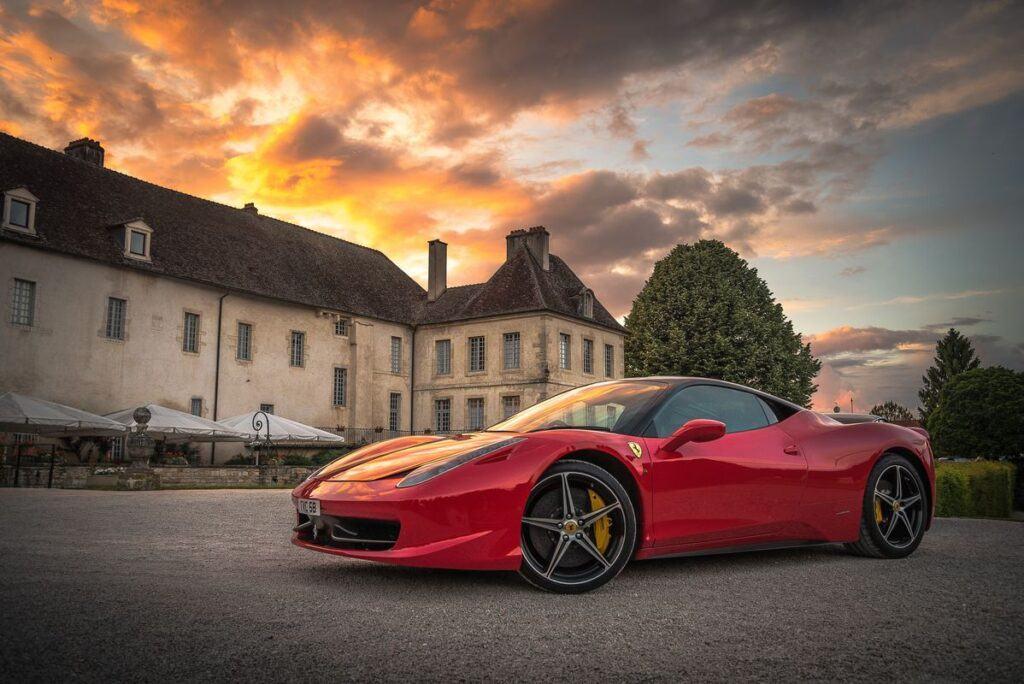 Ferrari na tle starych budynków