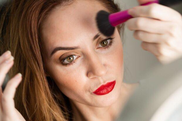 Konturowanie twarzy krok po kroku. Jak konturować twarz, aby nie wyglądać sztucznie?