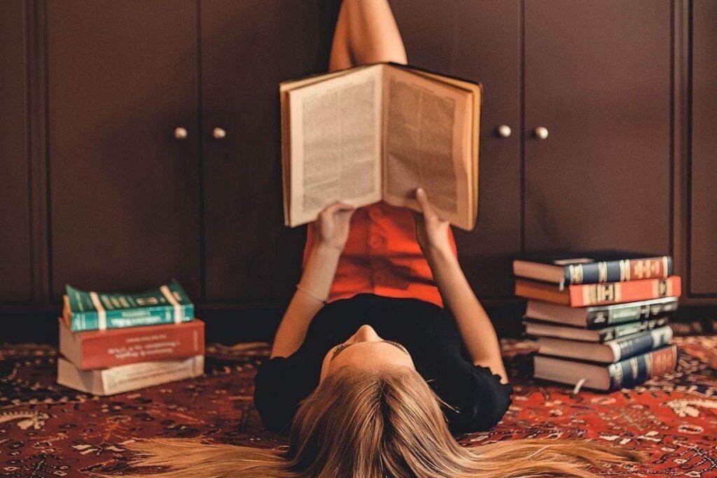 Kobieta czyta sennik zaręczyny