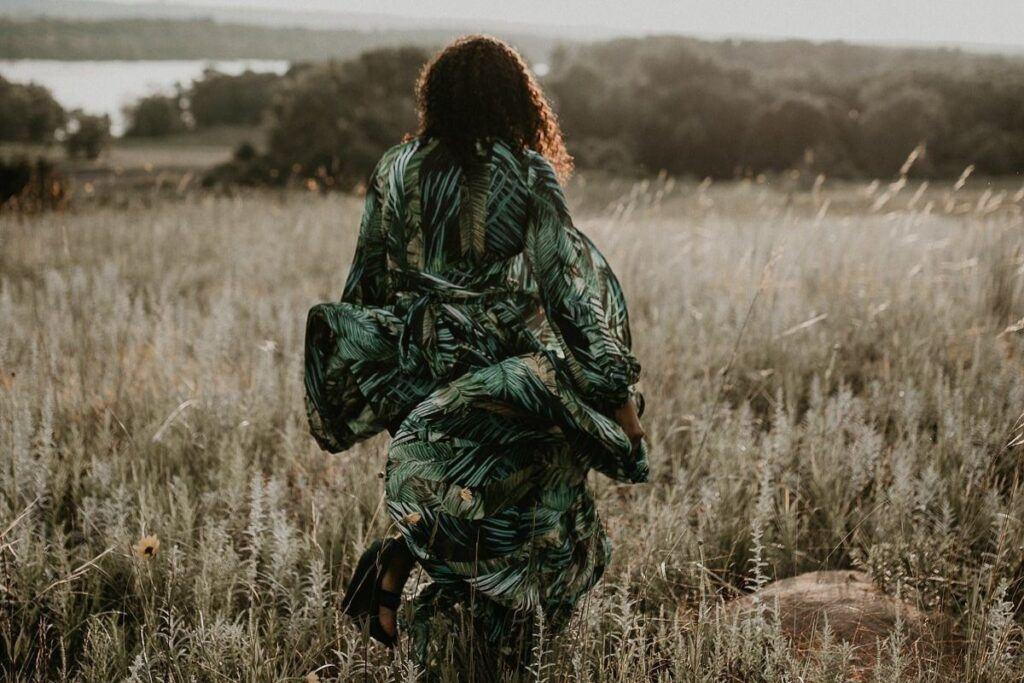 Dodatki do zielonej sukienki we wzory