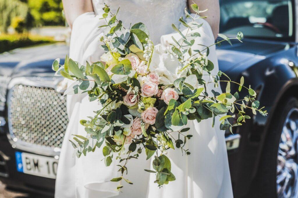 swobodny bukiety ślubny boho w kolorze różowym i zielonym