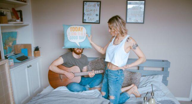 Czy mieszkanie po ślubie z rodzicami to dobry pomysł? Ten temat budzi wiele emocji!