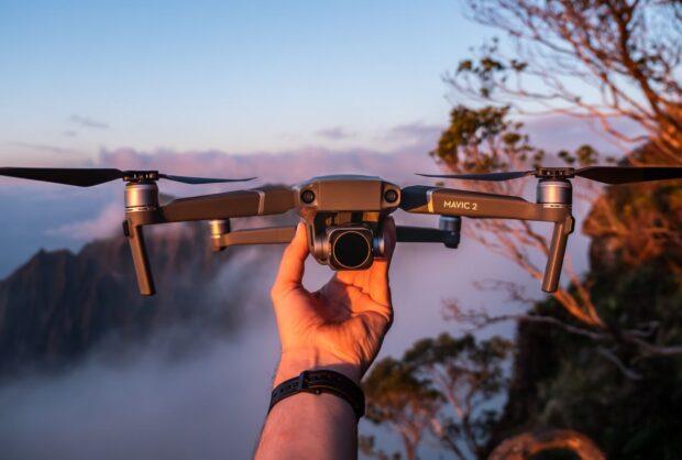Współczesna fotografia i filmowanie – kiedy licencja na drona jest koniecznością?