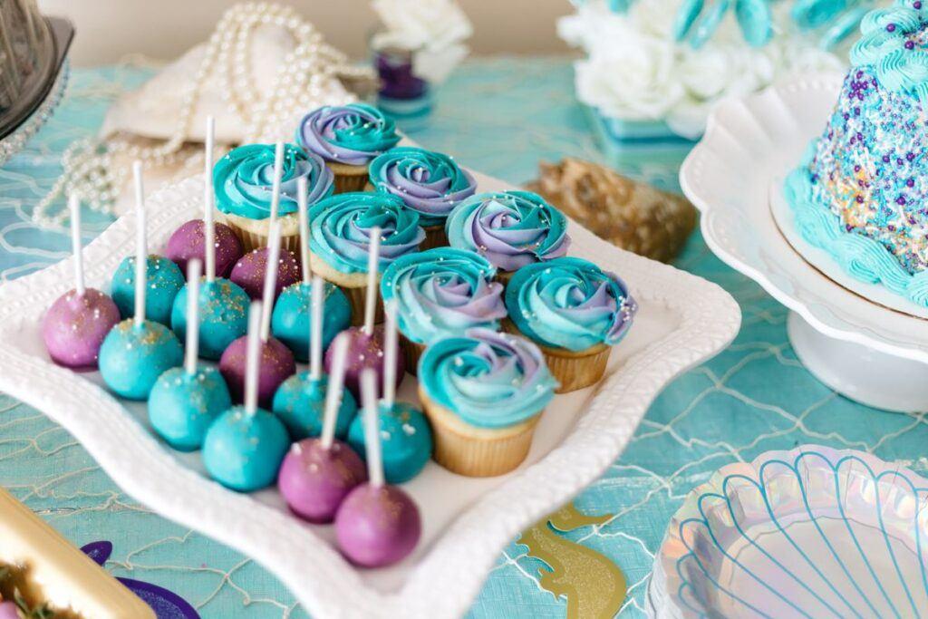 kolorowe cake pops w polewie turkusowej i fioletowej