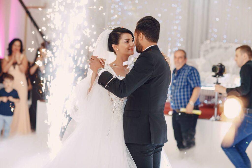 Para młoda tańczy w blasku świateł
