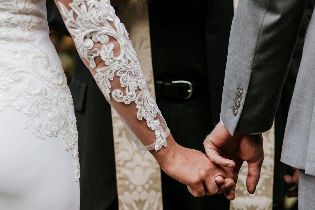 Ślub kościelny w plenerze – czy to w ogóle możliwe?