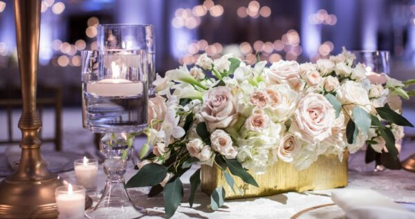 Najpiękniejsze kwiaty na stół weselny - znajdź pomysł na wyjątkową kompozycję!
