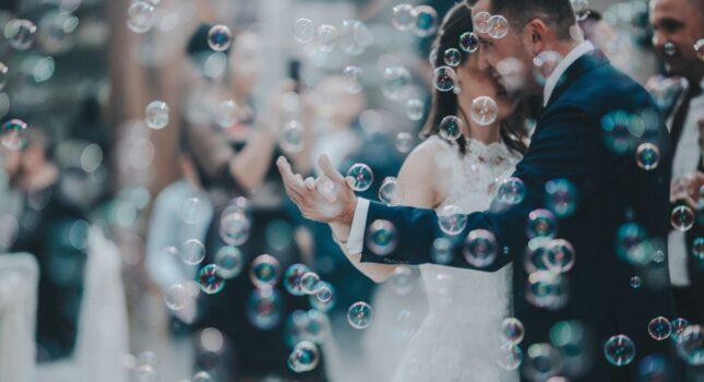 Romantyczny pierwszy taniec przy polskiej piosence? Te utwory panny młode wybierają najczęściej!