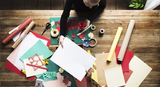 Jak zrobić kwiaty z papieru, które idealnie nadają się na ślubne dekoracje?