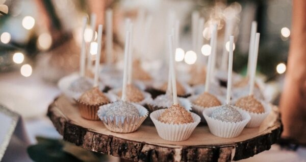 Chcesz zaskoczyć swoich gości? Podaruj im cake pops!