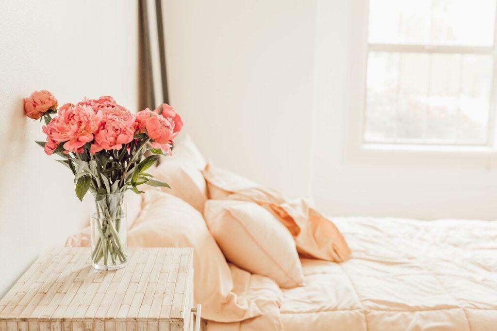 Sypialnia w jasnych kolorach
