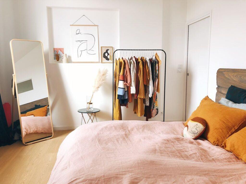 Jak urządzić sypialnię, aby była przytulna? Dzięki kilku trikom stanie się twoim ulubionym miejscem do odpoczynku!