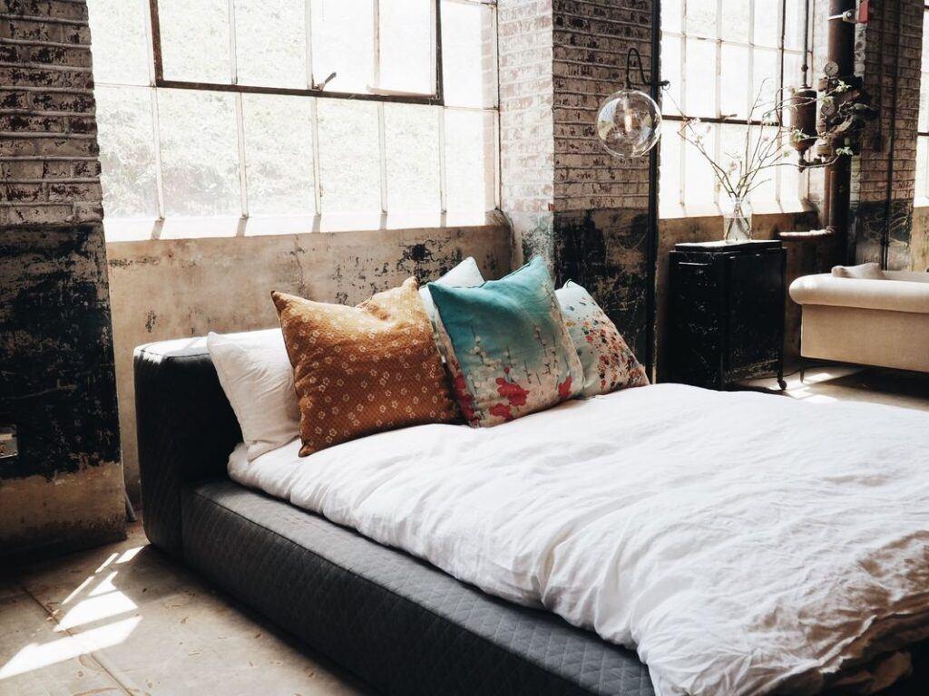 Czy styl industrialny będzie pasował do twojego mieszkania? Sprawdź, co go charakteryzuje!