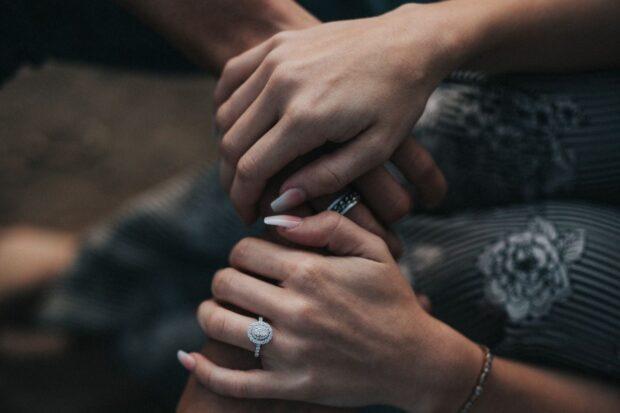 """Czy istnieje dobry czas na zaręczyny?  """"Jak chłopak jest zakochany, to jeśli w ciągu roku nie ma zaręczyn, to nie jest ta"""""""