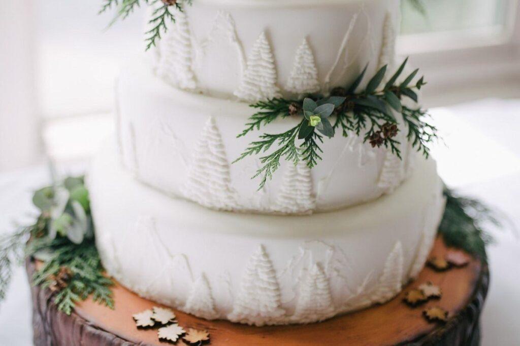 Biały tort z żywymi kwiatami