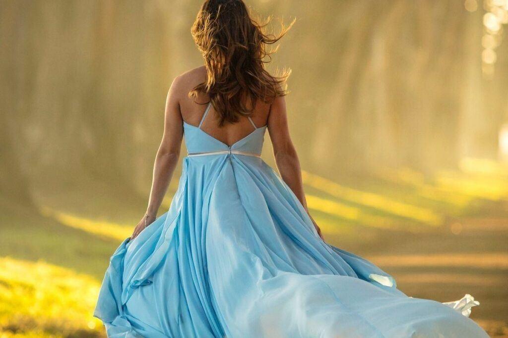 Kobieta w błękitnej sukience