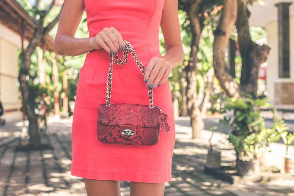 Czerwona torebka na wesele