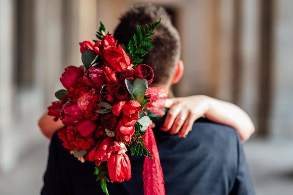 czerwone i różnorodne kwiaty na zaręczyny w pięknym bukiecie