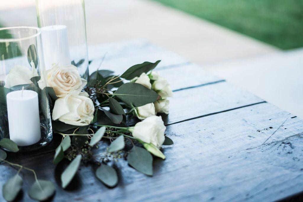 Kwiaty na drewnianym stole