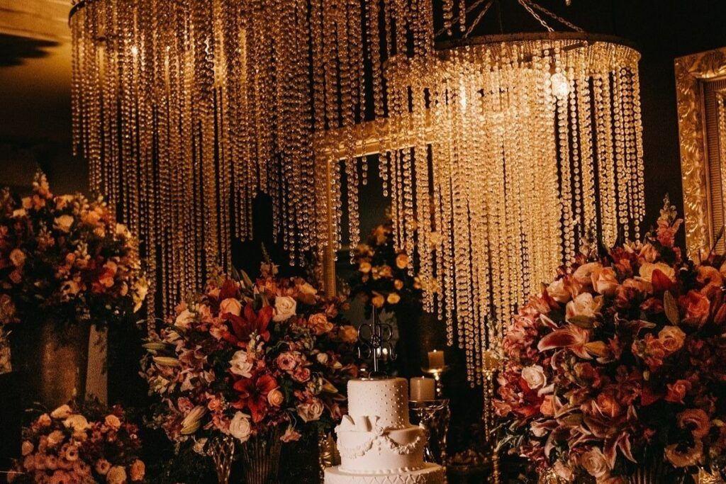 Kryształki i kwiaty jako motyw przewodni wesela
