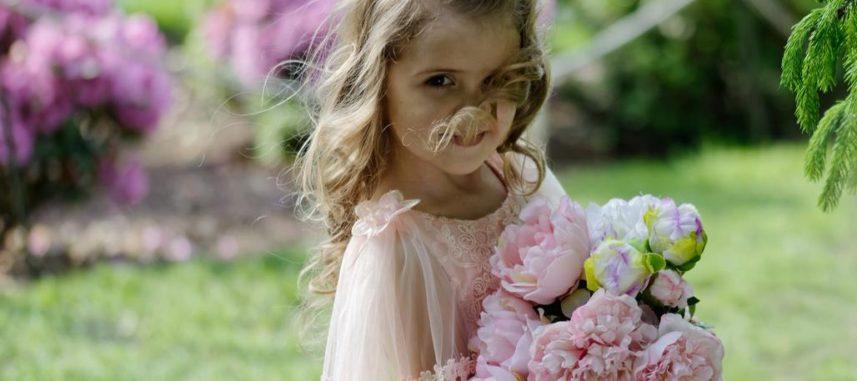 8 pomysłów na najpiękniejsze fryzury dla dziewczynek na wesele!