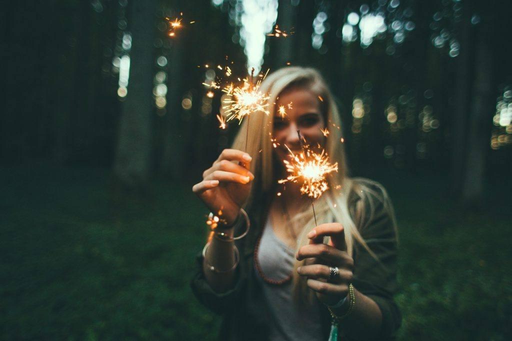 Dziewczyna z ziemnymi ogniami w rękach