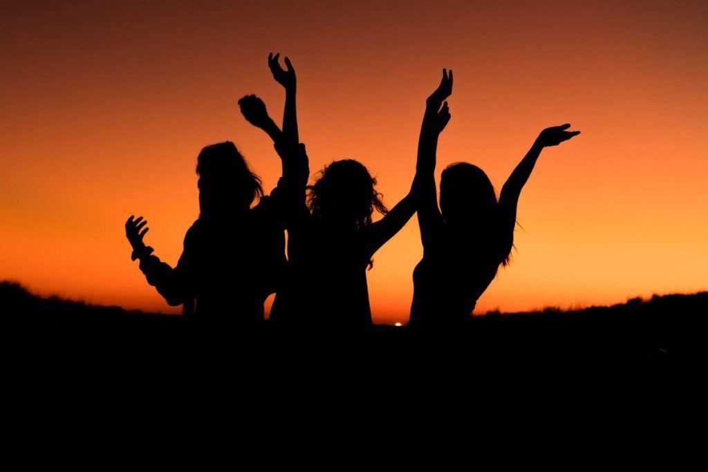 Dziewczyny na tle zachodu słońca