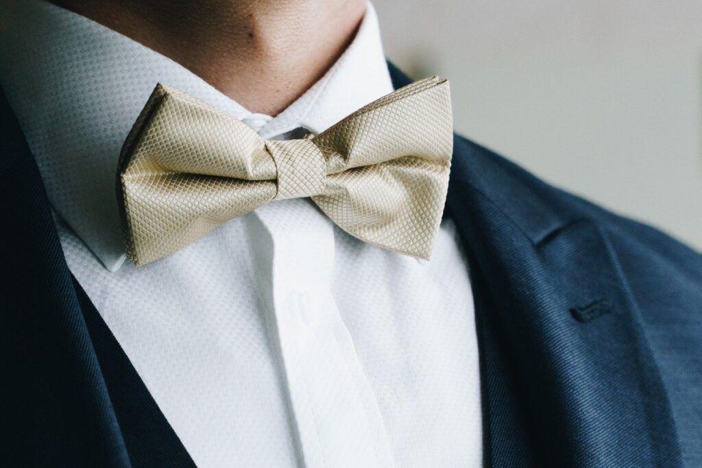 mucha czy krawat - beżowa klasyczna muszka jest świetną alternatywą dla krawata