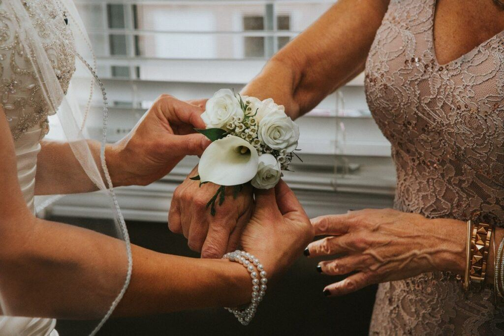 panna młoda i jej mama w eleganckiej sukience na wesele z aplikacjami