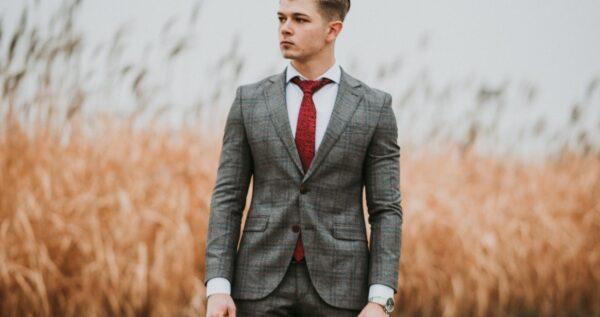 Gorący trend w modzie męskiej - garnitur w kratę! Czy będzie dobrym wyborem na ślub i wesele?