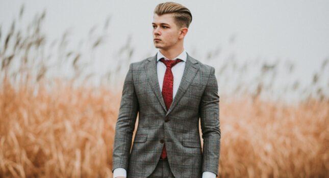 Gorący trend w modzie męskiej – garnitur w kratę! Czy będzie dobrym wyborem na ślub i wesele?