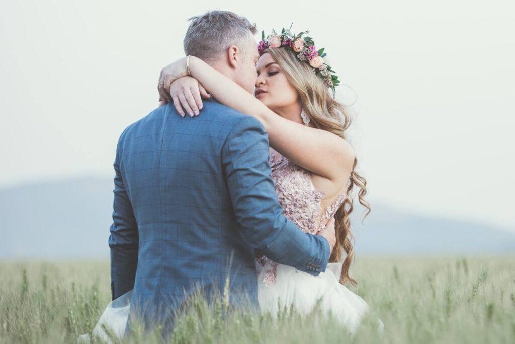 granatowy garnitur w kratę dla mężczyzny na ślub