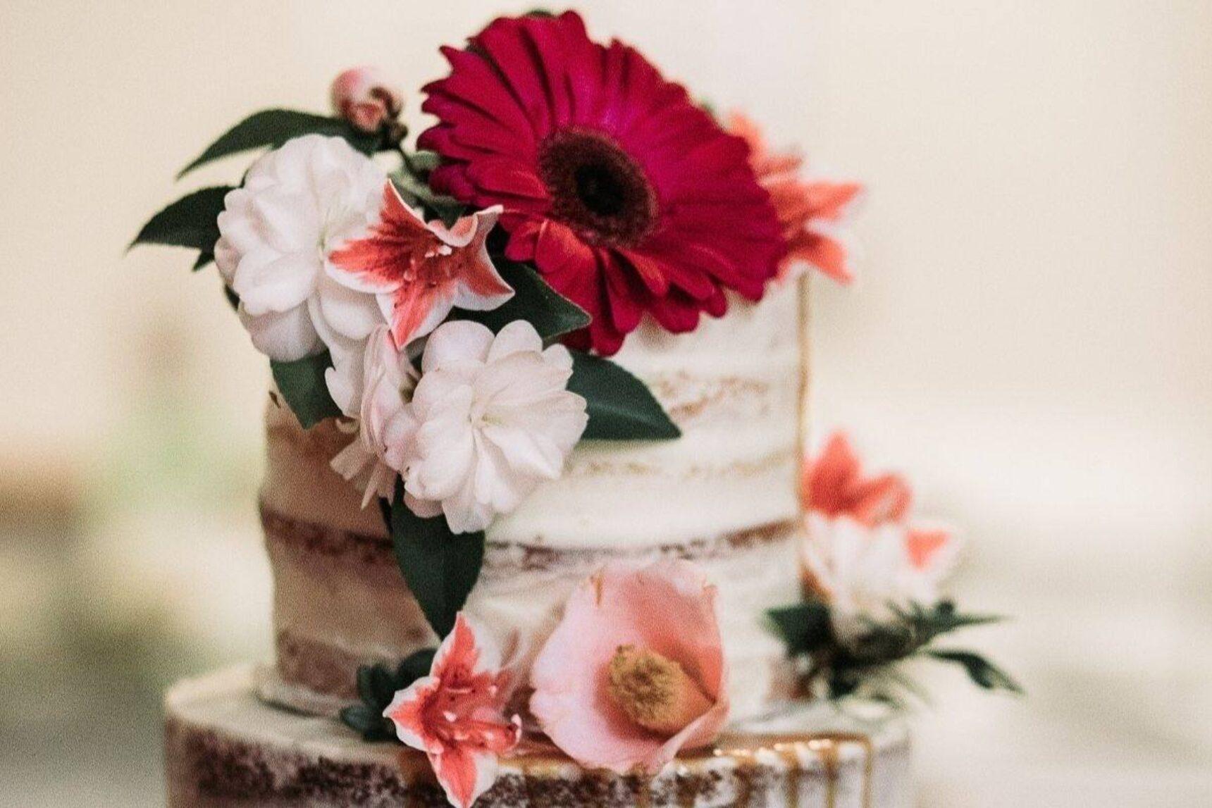 Tort z żywymi kwiatami – jak go udekorować i jakie kwiaty wybrać?