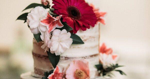 Tort z żywymi kwiatami - jak go udekorować i jakie kwiaty wybrać?