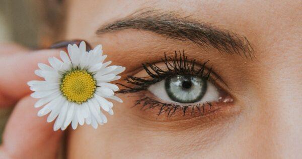 Henna brwi - wszystko, co musisz o niej wiedzieć. Sprawdź prosty sposób na świetny wygląd każdego dnia!