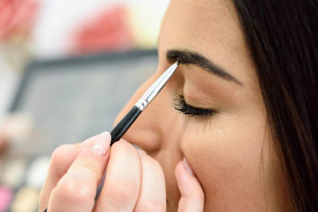 henna brwi i dodatkowe podkreślenie łuku brwiowego makijażem