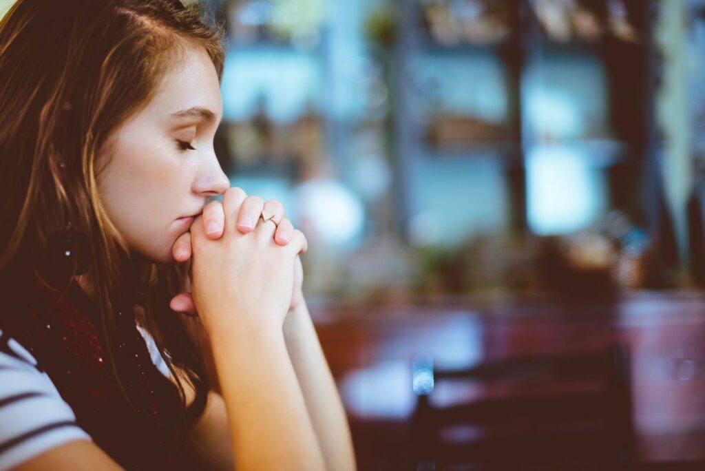 Kobieta w kościele odmawia rachunek sumienia przed ślubem