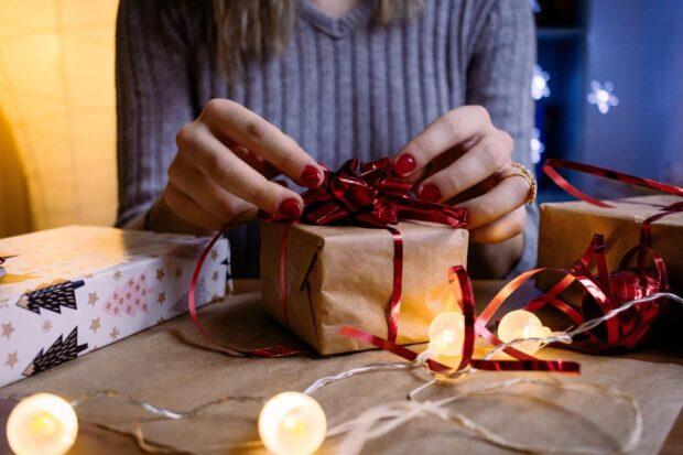 Jak oryginalnie i ładnie zapakować prezent – te pomysły zawsze się sprawdzają!