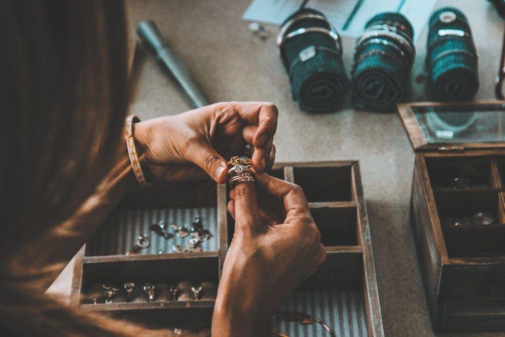 Kobieta przegląda biżuterię
