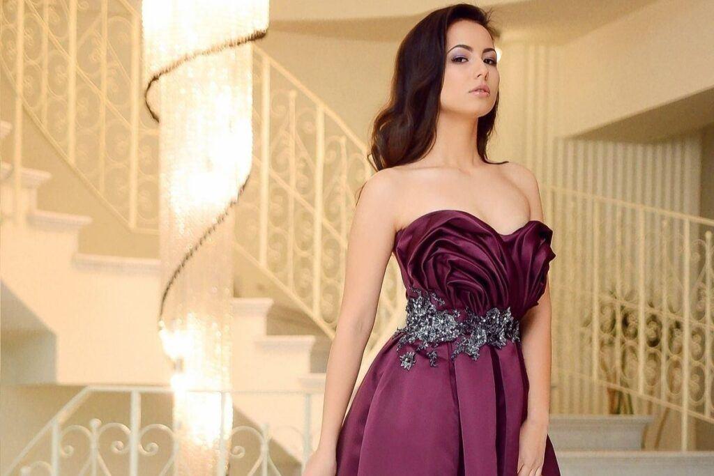 Dodatki do bordowej sukienki - błyszczące aplikacje