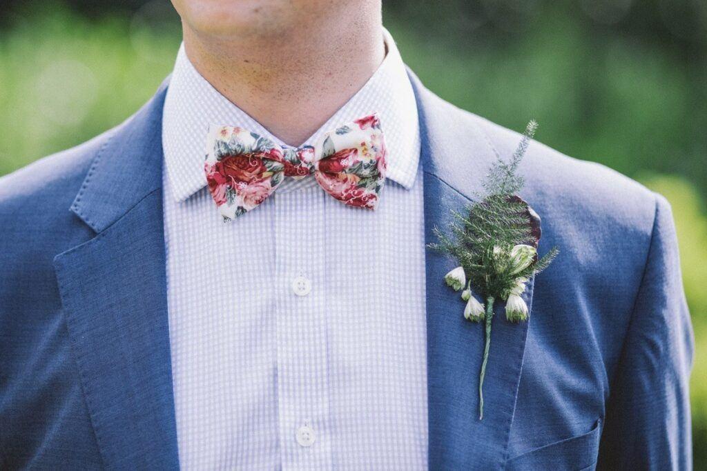 alternatywa dla krawata - mucha w kolorowe kwiaty idealna także dla pana młodego
