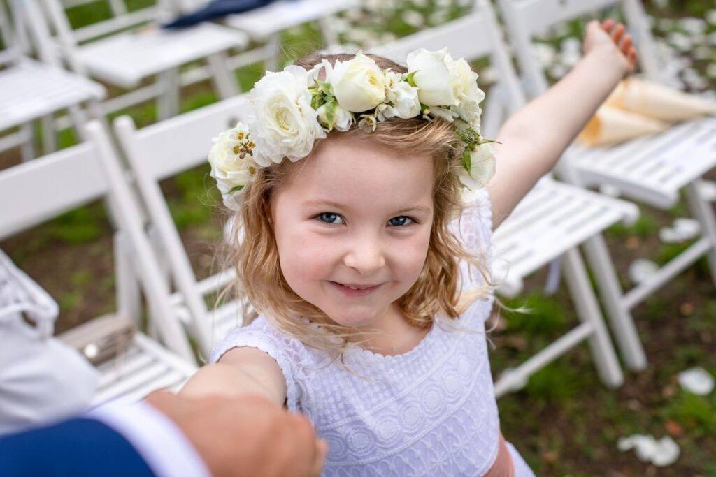 Fryzura z wiankiem dla dziewczynki na wesele