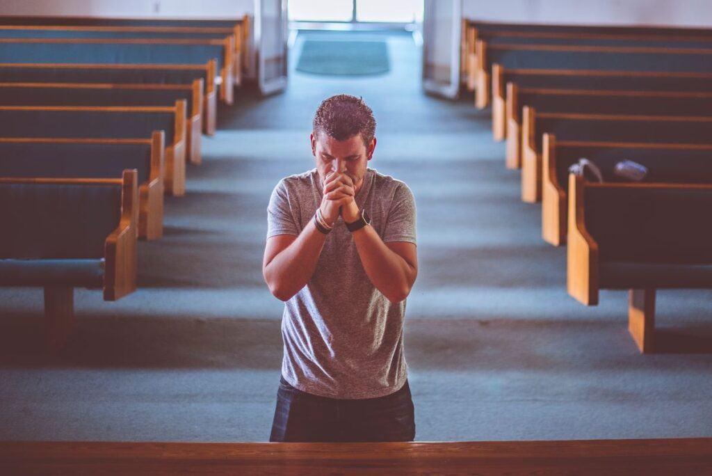 Narzeczony w kościele robi rachunek sumienia przed ślubem