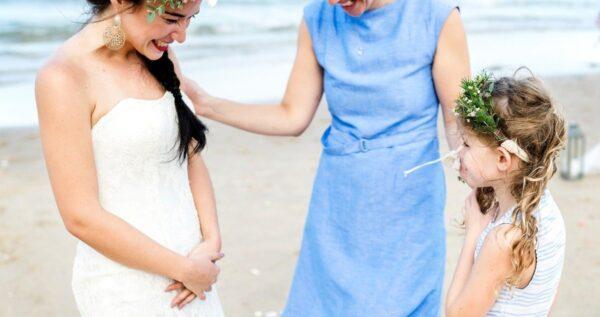 Sukienka na wesele dla mamy - jaką kreację wybrać, by dobrze się prezentować?