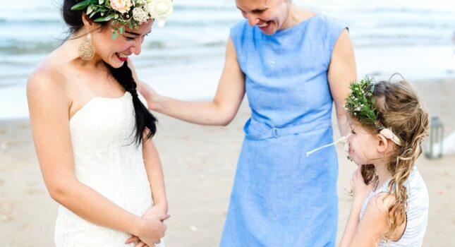 Sukienka na wesele dla mamy – jaką kreację wybrać, by dobrze się prezentować?