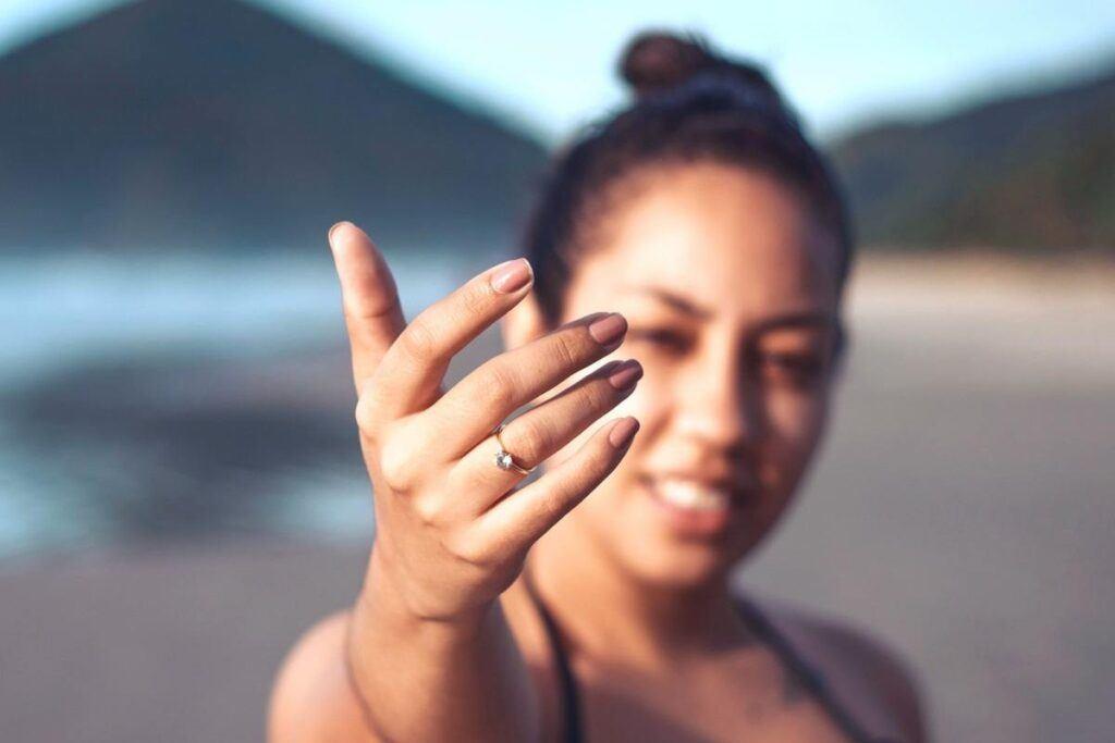 na którym palcu nosi się pierścionek zaręczynowy za granicą