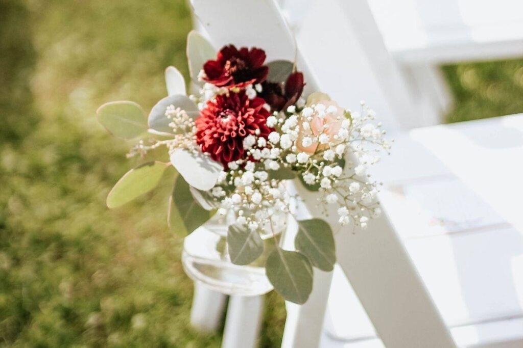 Gipsówka w połączeniu z bordowymi kwiatami