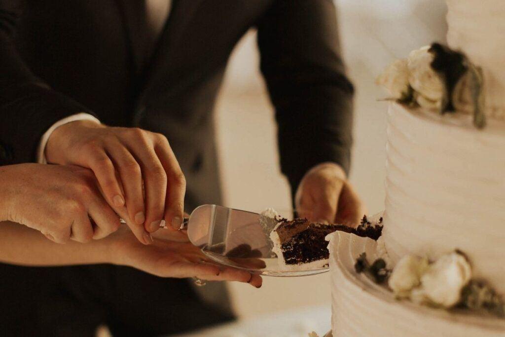 Para młoda kroi tort weselny