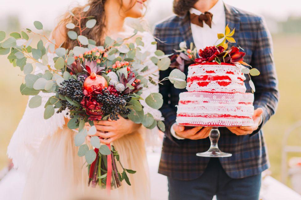 Tort z żywymi kwiatami 🌸 – jak go udekorować i jakie kwiaty wybrać?