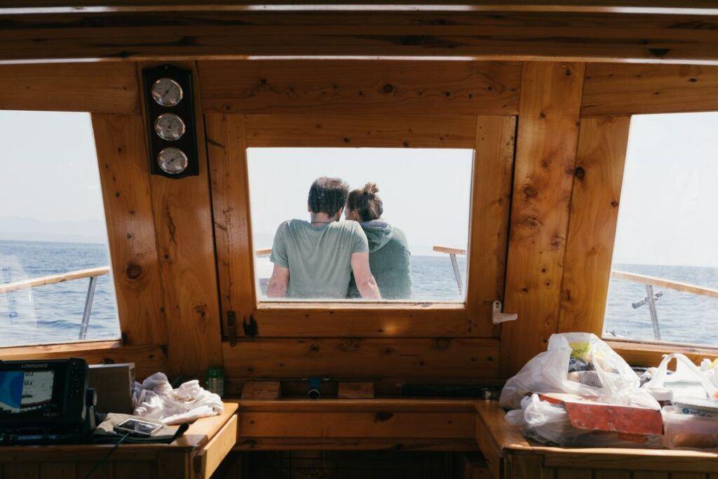 Kobieta i mężczyzna na łodzi robią quiz dla par